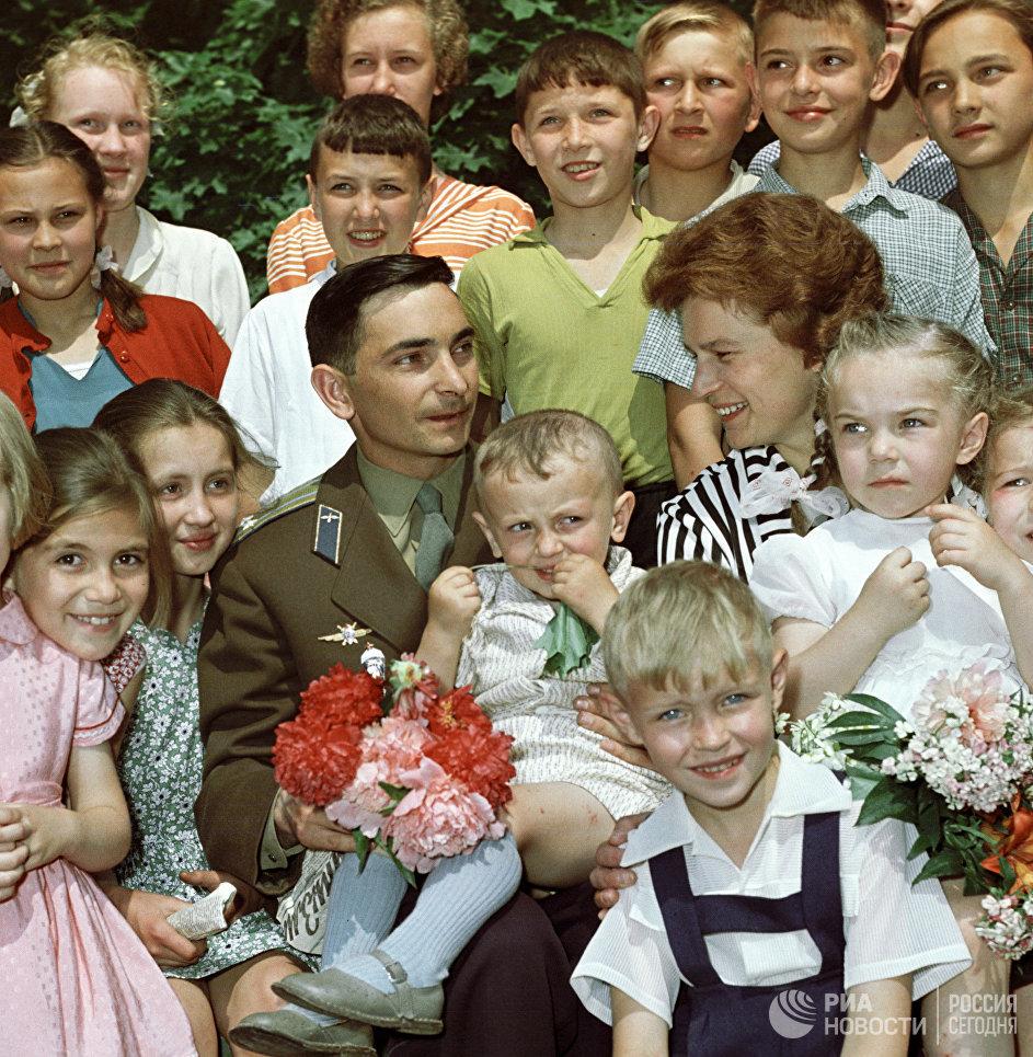 Летчики-космонавты Валентина Терешкова и Валерий Быковский среди детей после возвращения из космического полета