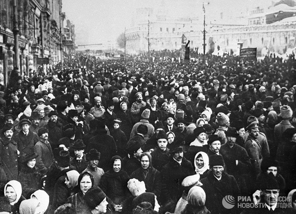 Демонстрация москвичей на Театральной площади во время февральской буржуазно-демократической революции. 1917 год