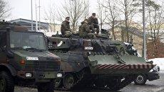 Солдаты Бундесвера сидят на танке в Графенвере, Германия