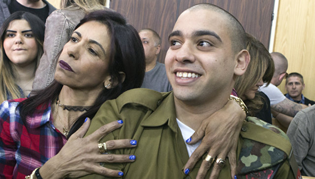 Сержант ЦАХАЛа Элиор Азария со своей матерью в военном суде Тель-Авива, Израиль. 21 февраля 2017