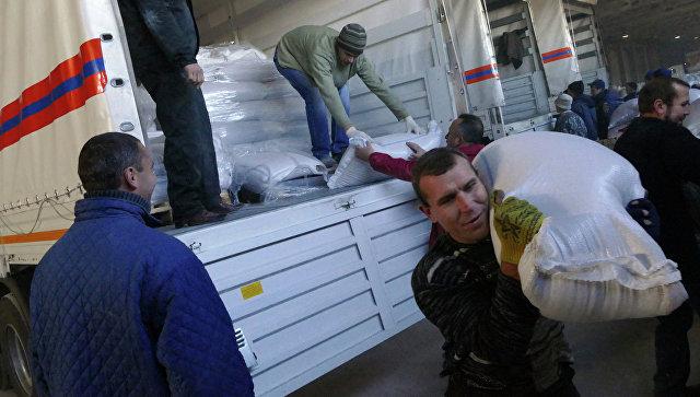 Разгрузка машин 43-го гуманитарного конвоя на складе в Донецке. Архивное фото
