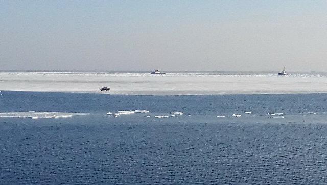НаСахалине около 20 рыбаков уносит вморе наотколовшейся льдине