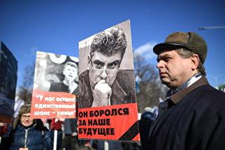 Участники марша памяти Бориса Немцова, приуроченного ко второй годовщине убийства политика