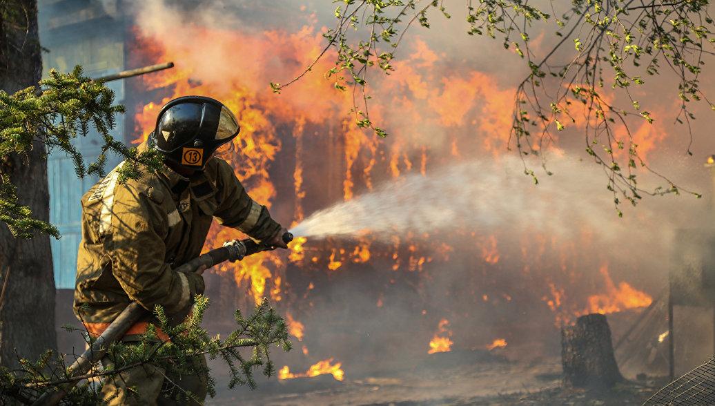Сотрудники пожарной охраны МЧС России борются с последствиями природных пожаров. Архивное фото