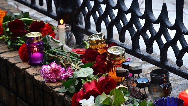 Цветы смемориала Немцова убрали ради «безопасности туристов»