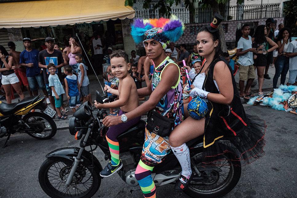 Участники уличного карнавала в Рио-де-Жанейро, Бразилия