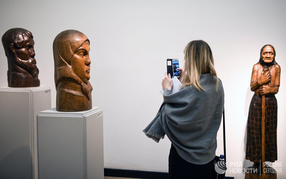 Показ выставки Мужики и бабы в Третьяковской галерее на Крымском Валу в Москве