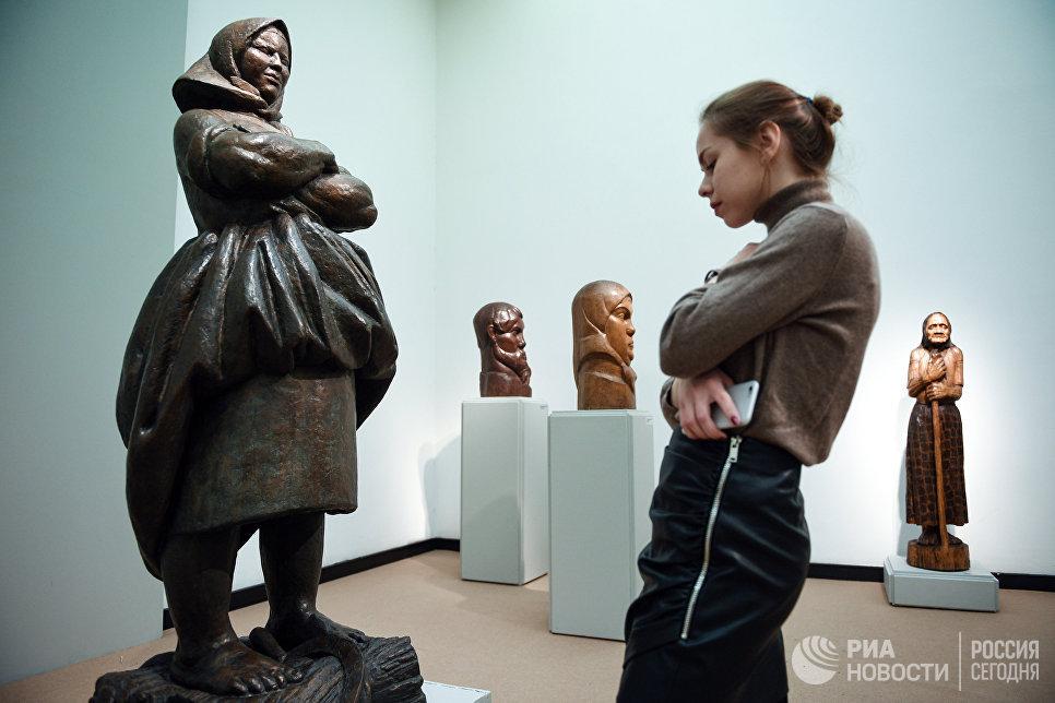 Девушка у скульптуры В.И. Мухиной Крестьяка на выставке Мужики и бабы в Третьяковской галерее на Крымском Валу в Москве