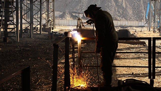 Электросварщик в копровом цехе Юзовского металлургического завода в Донецке во время визита главы ДНР Александра Захарченко. 1 марта 2017