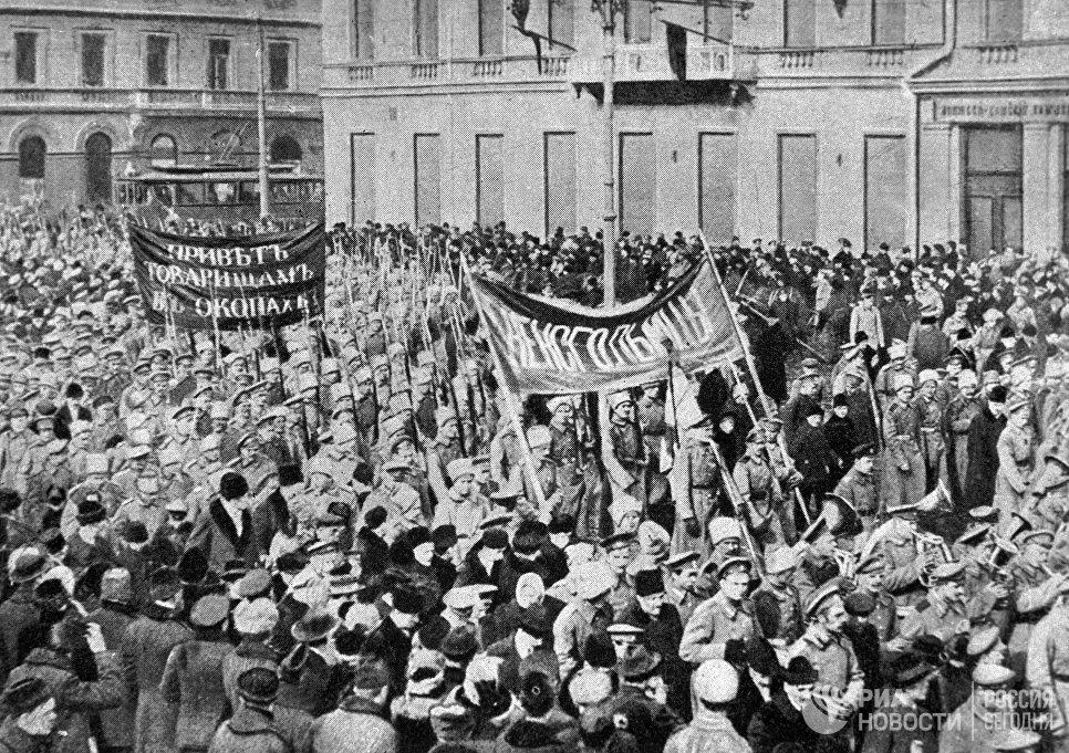 Солдатская демонстрация в Петрограде во время февральской буржуазно-демократической революции. 1917 год