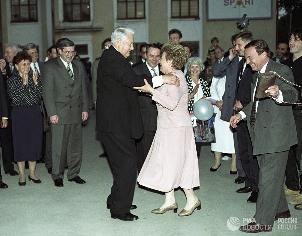 Президент РФ Борис Ельцин и его супруга Наина Ельцина танцуют на митинге-концерте в поддержку Президента РФ в Новосибирске. 1996 год