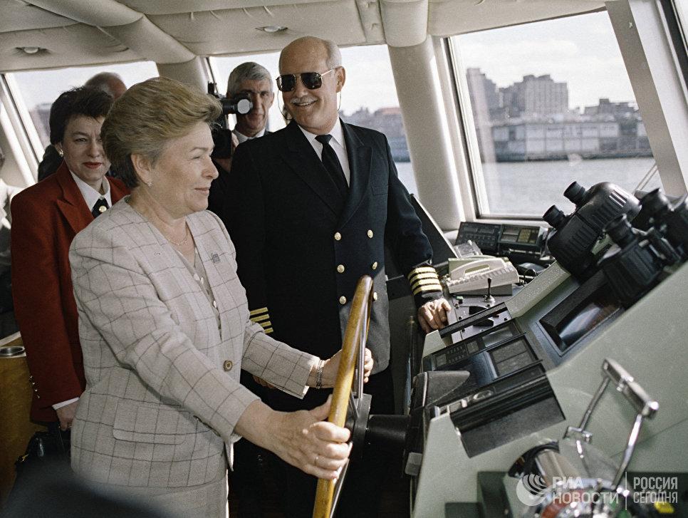 Супруга Президента РФ Наина Ельцина стоит у штурвала во время прогулки на яхте вокруг Манхэттена