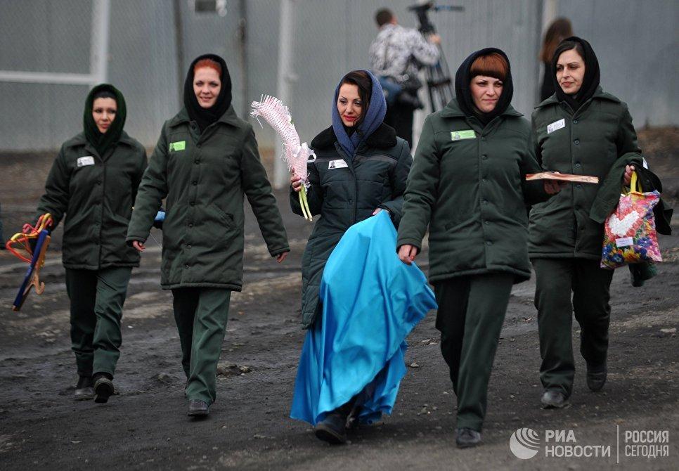 Осужденные в колонии общего режима для женщин ИК-10 УФСИН России по Приморскому краю после конкурса красоты среди осужденных Мисс весна - 2017