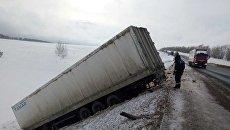Под Оренбургом в ДТП попал грузовик с тиграми