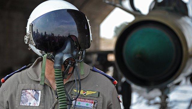 Сирийский летчик на авиабазе Хама в пригороде города Хама сирийской провинции Хама. Архивное фото