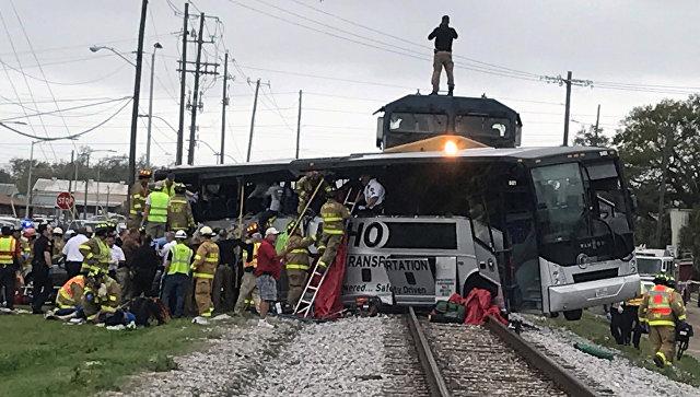 При столкновении поезда савтобусом вСША погибли 4 человека