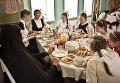 Учащиеся приюта Отрада во время приема пищи в Свято-Никольском Черноостровском женском монастыре в городе Малоярославце