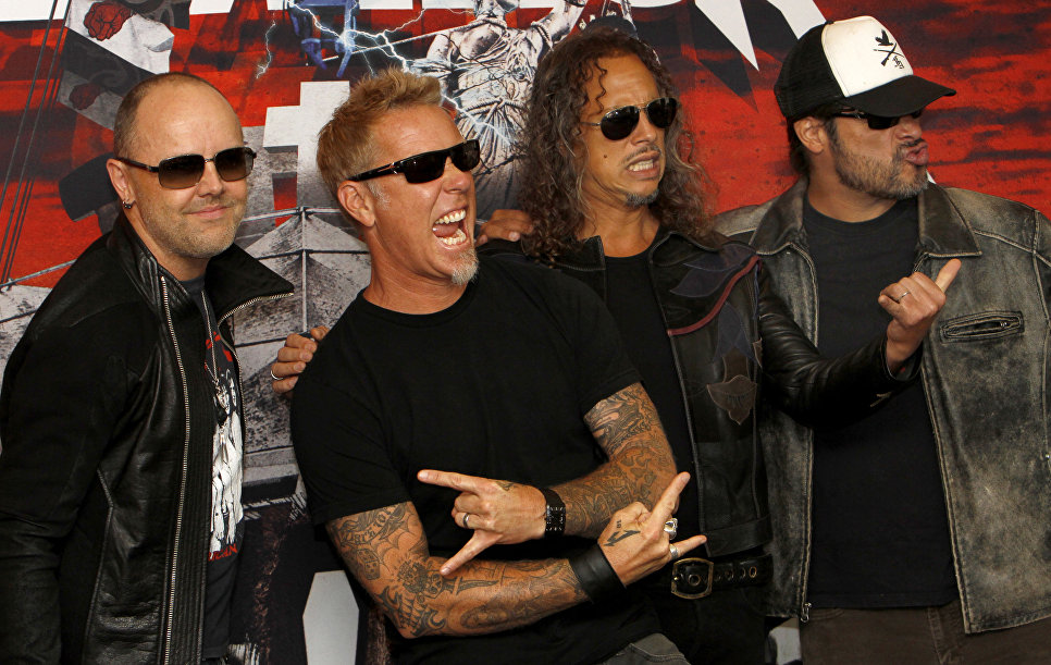 Участники группы Metallica Ларс Ульрих, Джеймс Хэтфилд, Кирк Хэммет и Роберт Трухильо позируют перед концертом в Мехико