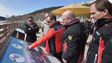 Председатель правительства РФ Дмитрий Медведев во время посещения горнолыжного курорта Архыз в Карачаево-Черкесии. 10 марта 2017