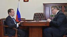 Председатель правительства РФ Дмитрий Медведев и губернатор Ставропольского края Владимир Владимиров во время встречи в Ессентуках. 10 марта 2017