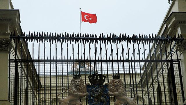 Турецкий флаг над голландским консульством в Стамбуле. Архивное фото