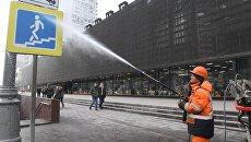 Сотрудник ГБУ Гормост моет дорожные знаки на улице Новый Арбат в Москве. Архивное фото