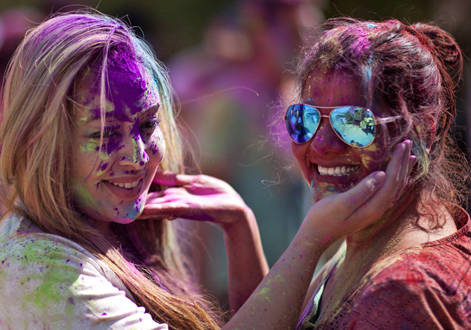 Туристы принимают участие в фестивале Холи в Хайдарабаде, Индия