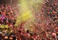 Празднование Холи в городе Силигури, Индия