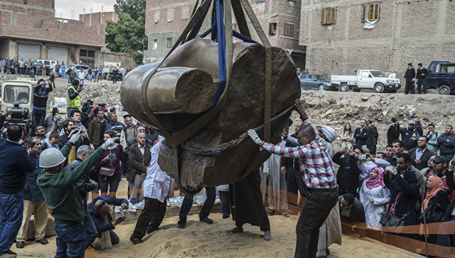 ВКаире извлекли вторую часть древней статуи РамзесаII