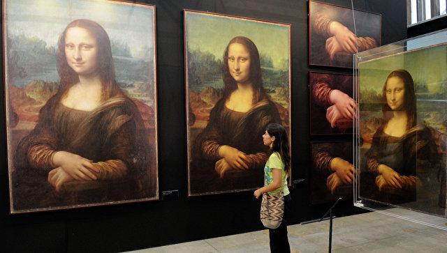 Женщина рассматривает репродукции картины Мона Лиза Леонардо да Винчи. Архивное фото