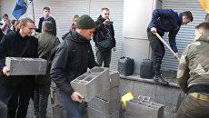 Монтажная пена и бетонные блоки – как в Киеве баррикадировали дочку Сбербанка