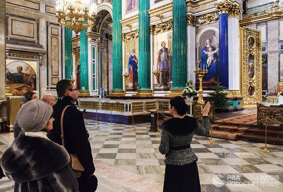 Туристы у главного иконостаса и царских врат в Исаакиевском соборе