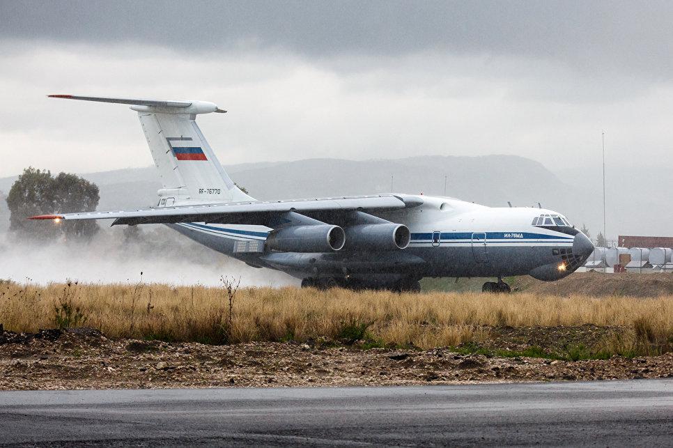 Самолет Ил-76 ВКС России на авиабазе Хмеймим в Сирии перед вылетом в пункт постоянной дислокации на территории России.
