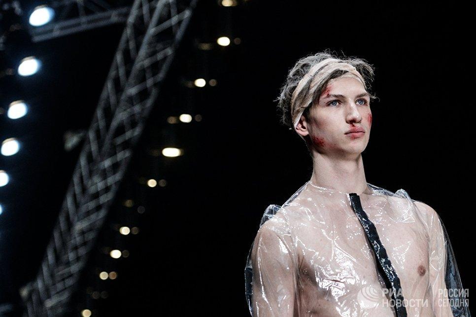 Модель демонстрирует одежду из новой коллекции дизайнера Артема Шумова в рамках Mercedes-Benz Fashion Week Russia