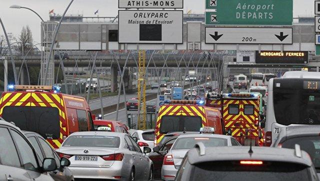 Машины экстренных служб у въезда в аэропорт Орли в Париже, 18 марта 2017