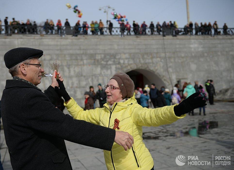 Участники танцевального флешмоба Севастопольский вальс, посвященного третьей годовщине воссоединения Крыма с Россией