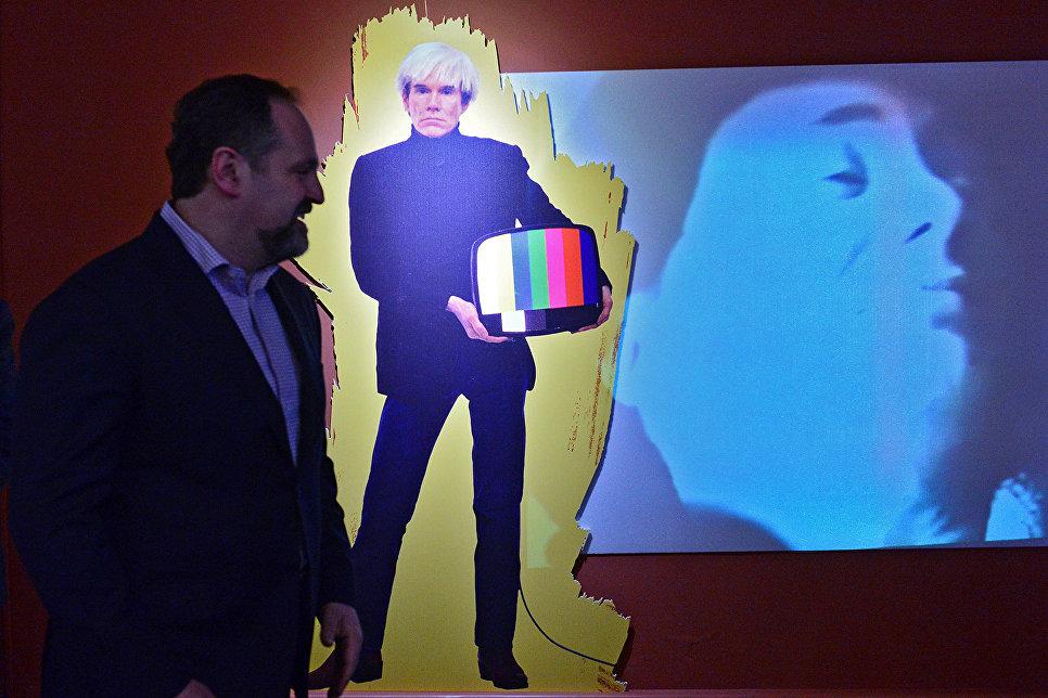 Министр природных ресурсов и экологии РФ Сергей Донской и портрет Энди Уорхола в интерактивной части выставки