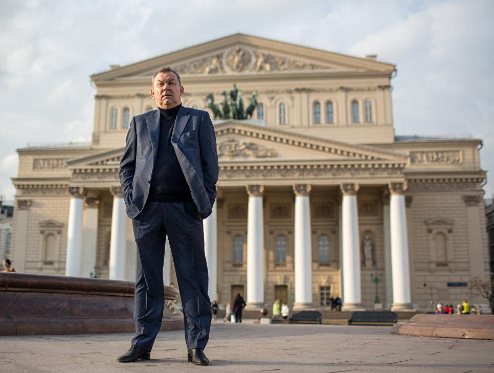 Медведев поздравил директора огромного театра сюбилеем