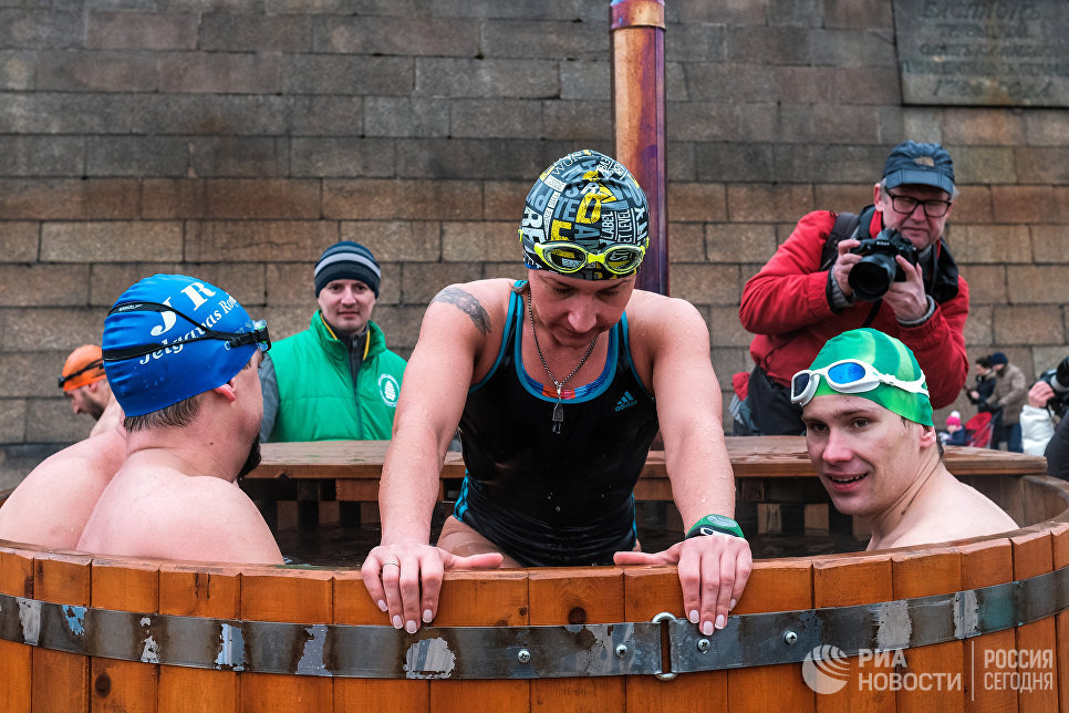 Участники международного заплыва Возрождение традиции зимнего плавания в Петропавловской крепости Санкт-Петербурга