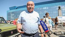 Главный конструктор автомобилей Лада с 1998 по 2003 годы Петр Прусов на выставке первых моделей автомобилей, выпускавшихся на заводе ОАО АвтоВАЗ в Тольятти