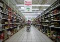 """Посетительница в гипермаркете """"Ашан"""" на Калужском шоссе"""