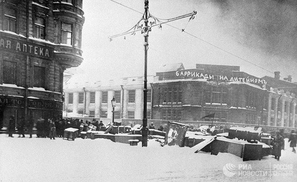 Баррикады на Литейном проспекте в Петрограде во время февральской буржуазно-демократической революции. 1917 год
