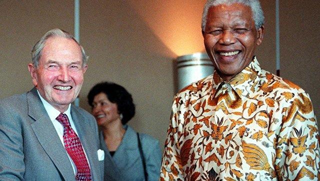 Президент Нельсон Мандела из Южной Африки и американский миллиардер Дэвид Рокфеллер