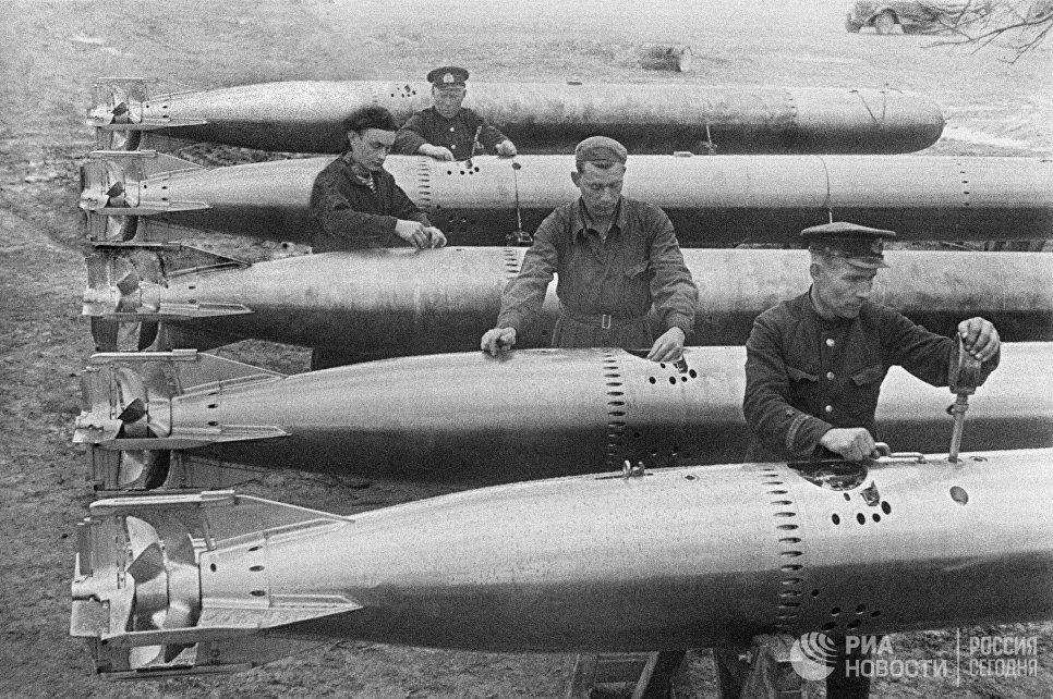Оружейные мастера гвардейского авиаполка готовят торпеды к самолетам перед вылетом