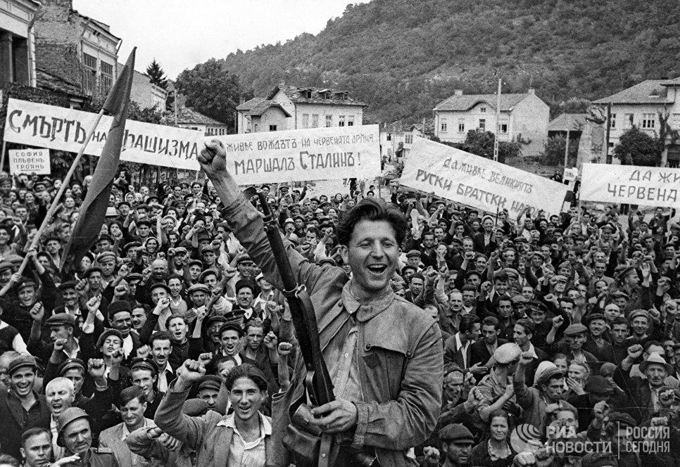 Жители города Ловеч встречают советских воинов-освободителей. Вторая Мировая война 1939-1945 годов