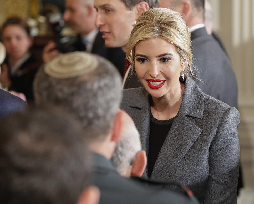 Дочь президента США Дональда Трампа Иванка Трамп приветствует членов израильской делегации в Восточном зале Белого дома в Вашингтоне