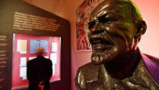 Бюст Владимира Ильича Ленина на открытии выставки 1917. Код революции в музее современной истории России в Москве