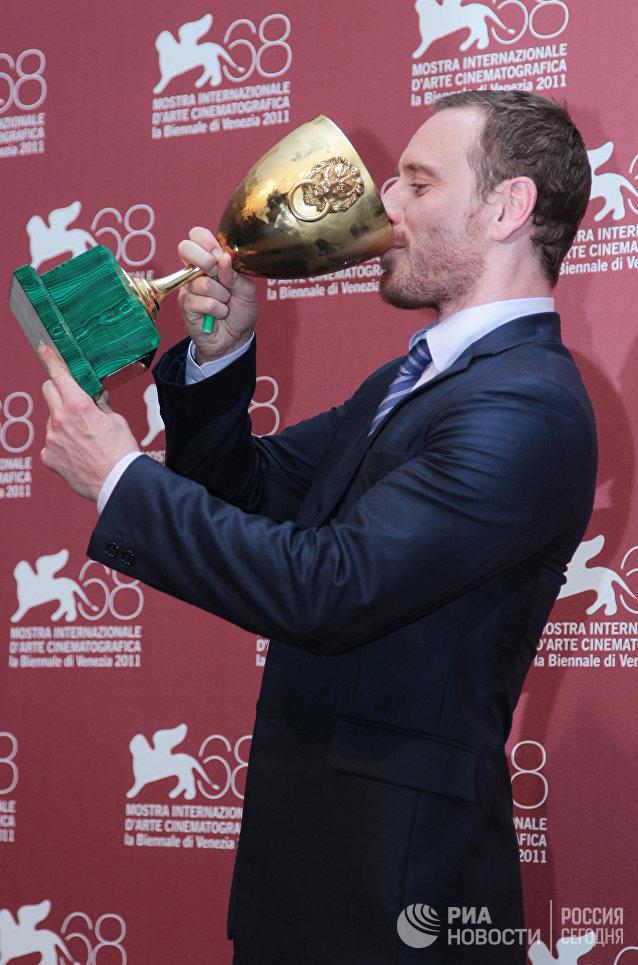 Актер Майкл Фассбендер, получивший Кубок Вольпи за лучшую мужскую роль в фильмах Опасный метод и Стыд, на торжественной церемонии закрытия 68-го Венецианского международного кинофестиваля