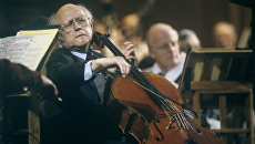 Мстислав Ростропович выступает с Национальным симфоническим оркестром США, главным дирижером и художественным руководителем которого он является. Архивное фото
