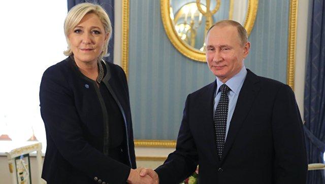 Президент РФ Владимир Путин и лидер политической партии Франции Национальный фронт, кандидат в президенты Франции Марин Ле Пен во время встречи. 24 марта 2017